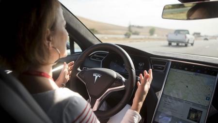 Tesla prepara-se para lançar carros 100 por cento autónomos
